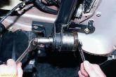 Болтом и подходящими отрезками труб с шайбами выпрессовываем сайлент-блок в сторону передней части автомобиля