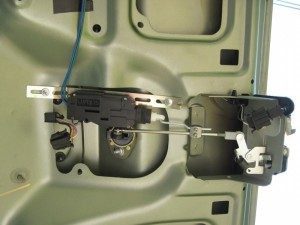 zamok jelektroprivodom kryshki bagazhnika lada granta 2 300x225 - Установить электропривод крышки багажника